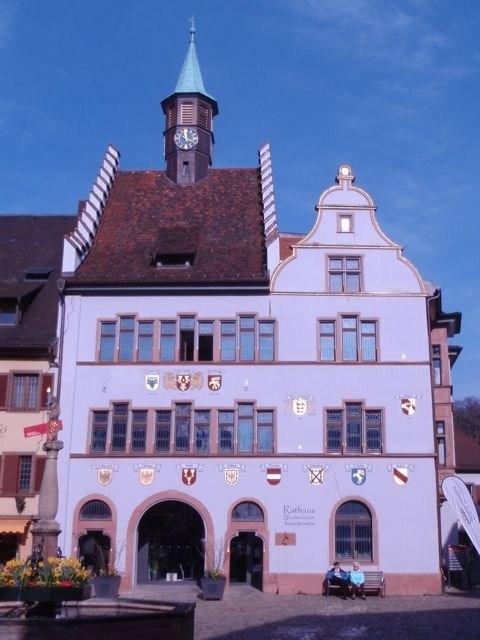 Staufener Rathaus mit Rissen