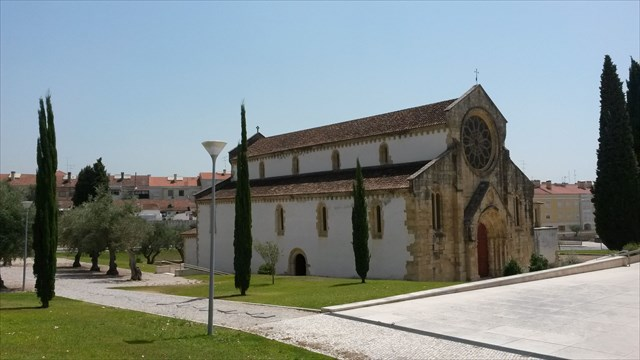 Igreja de Santa Maria do Olival e o pequeno olival