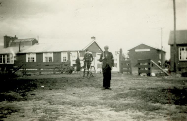 Naoorlogse foto van Kamp Ybenheer met iemand van de BS (Binnenlandse Strijdkrachten) met een geweer.