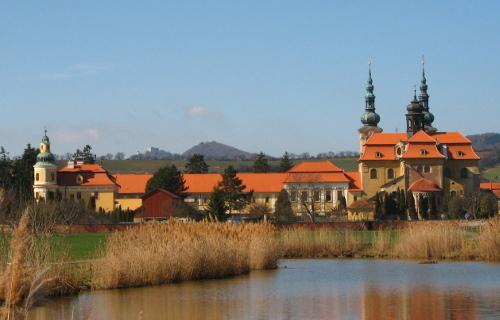 Pohled na velehradskou baziliku a klášter od východu.