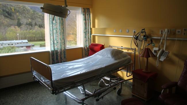 Tom seng på fødestova. Foto: Noralv Pedersen, NRK.