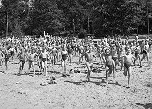 http://upload.wikimedia.org/wikipedia/commons/thumb/e/e5/Flatenbadet_1944a.jpg/309px-Flatenbadet_1944a.jpg