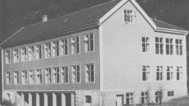 Lærdal sjukehus slik det såg ut i 1930, det året sjukehusdrifta kom i gang. Ukjend fotograf. Eigar: Lærdal lokalhistoriske arkiv.