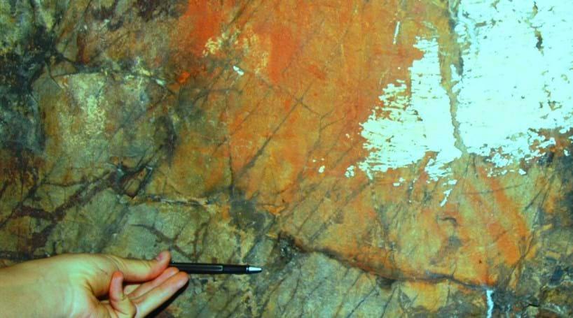 Pinturas rupestres descobertas sob ermida