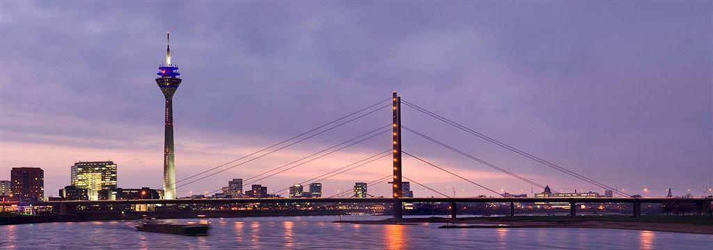 Abb. 2: Stadttor, Rheinturm und Rheinkniebrücke