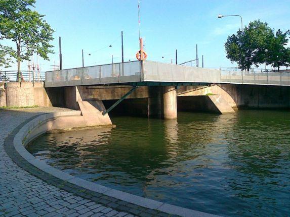 Kätköpaikka ja alikulkutunneli veneille / Cache location and a bypass tunnel for small boats